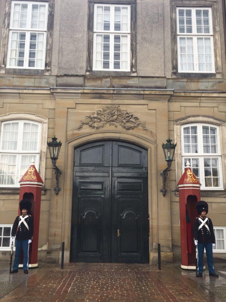 Como soldaditos de plomo imaginados por Hans Christian Andersen, la Guardia Real protege la resindencia oficial de la reina Margarita II